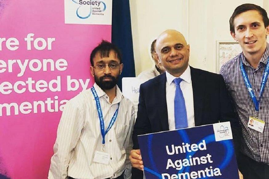 साजिद जावेद हे मूळचे पाकिस्तानचे आहेत. त्यांचे वडील पाकिस्तानमधून नोकरीच्या शोधात ब्रिटनमध्ये आले. त्यानंतर त्यांनी ब्रिटनमध्ये बस कंडक्टरची नोकरी केली.
