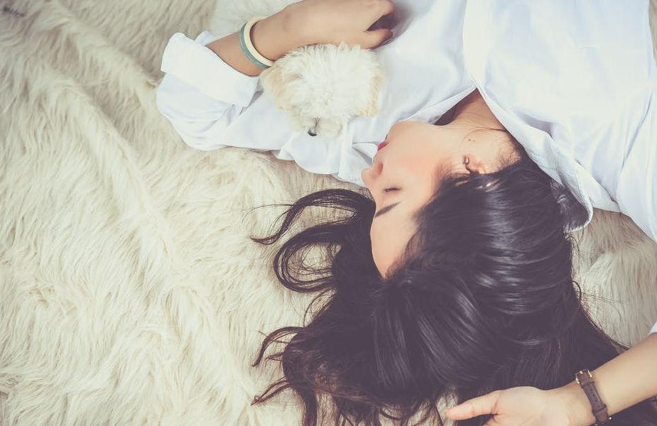 आपण रात्रीचे 8 तास गाढ झोपलो तरी शरीराच्या प्रक्रिया सामान्यपणे सुरू असतात. शरीराल उर्जेची गरज असते. मग ही उर्जा शरीर अतिरिक्त चरबी बर्न करून घेतं. त्यामुळे व्यवस्थित झोप काढली की नक्कीच वजन कमी होतं.