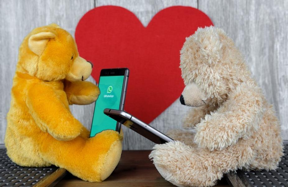 व्हाॅटसअॅपवर एखादं रोमँटिक गाणं पाठवून प्रेमाची कबुली देऊ शकता.