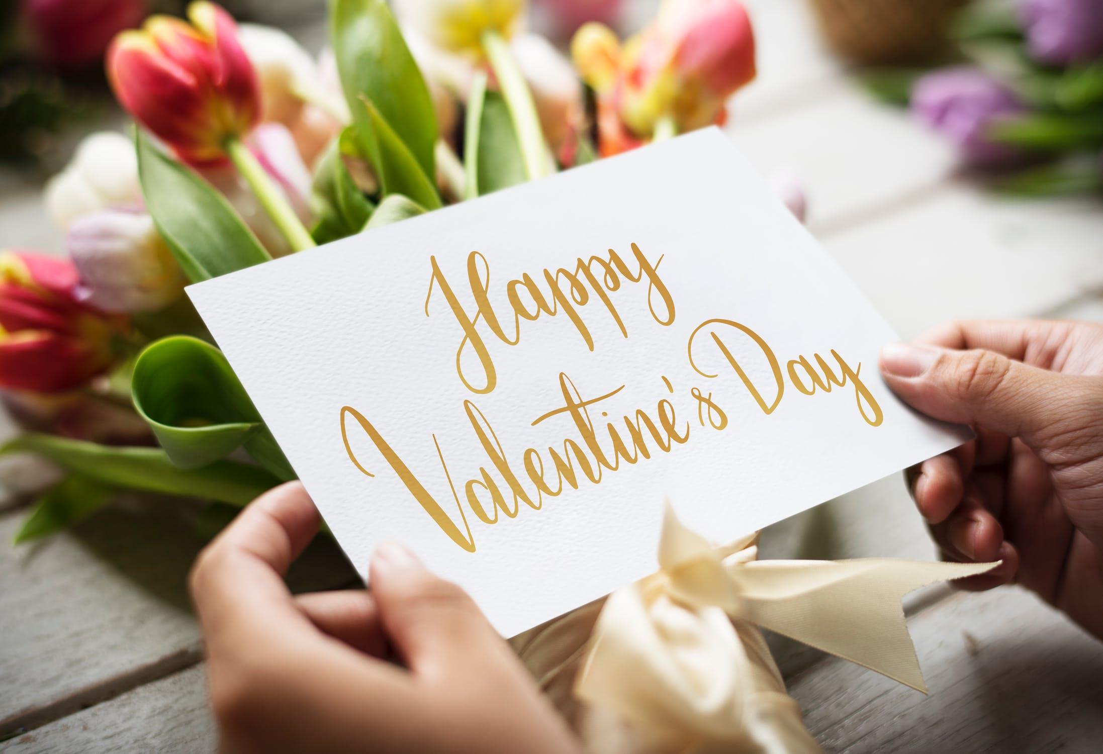 दिवस खास बनवण्यासाठी तुम्ही एक कॅलेंडर तयार करू शकता. त्यात प्रपोझ डे, पहिली डेट, पहिला लाल गुलाब दिला होता तो दिवस अशा तारखा बनवा. हे रोमँटिक कॅलेंडर नक्कीच आवडेल.