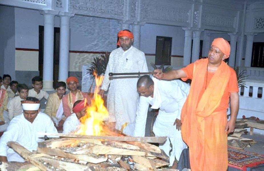 2002मध्ये योगी आदित्यनाथ यांनी हिंदू युवा वाहिनी तयार केली. दरम्यान 2004च्या लोकसभा निवडणुकीसाठी ते पुन्हा उभे राहिले आणि सलग तिसऱ्यांदा जिंकून आले.