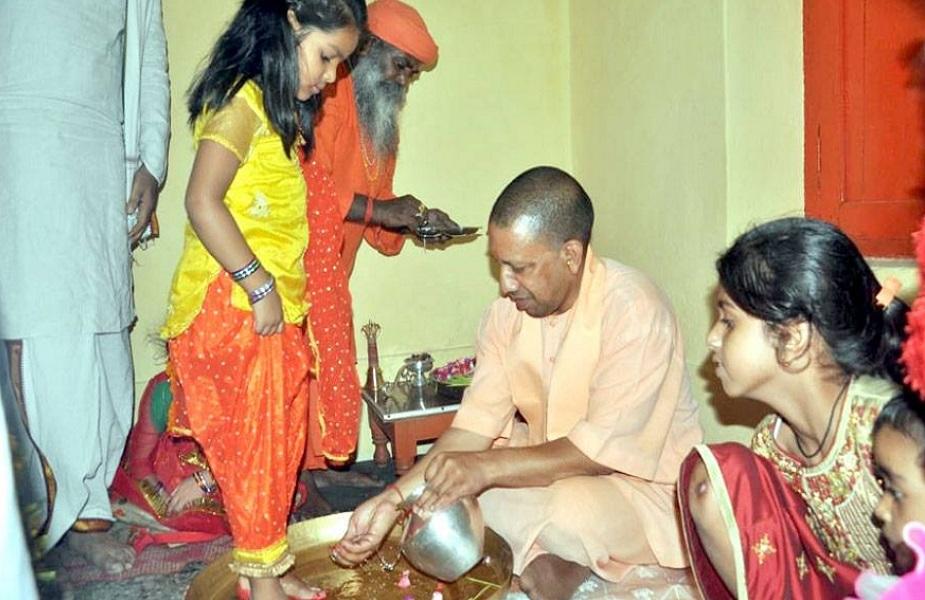 गोरक्षनाथ पीठाचे महंत अवैद्यनाथ यांची नजर या तरुण मुलावर पडली. 1994ला सांसारिक मोहमाया सोडून पूर्णपणे संन्यास घेतला आणि अजयमोहन यांचे योगी आदित्यनाथ झाले.