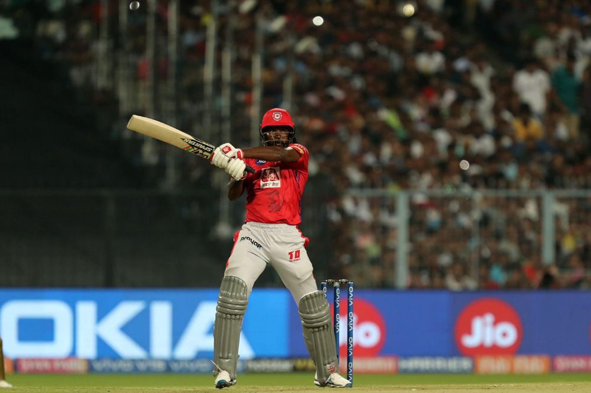 ख्रिस गेल आयपीएलमध्ये 300 षटकार खेचणारा पहिला फलंदाज ठरला आहे. त्याने 115 सामन्यातील 114 डावात ही कामगिरी केली आहे. शनिवारी झालेल्या सामन्यात त्याने 24 चेंडूत तीन चौकार आणि चार षटकारांच्या मदतीने 40 धावांची तुफान खेळी केली. आंतरराष्ट्रीय क्रिकेमध्ये 500 षटकार मारणाराही गेल पहिलाच फलंदाज आहे.(photo-iplt20.com)