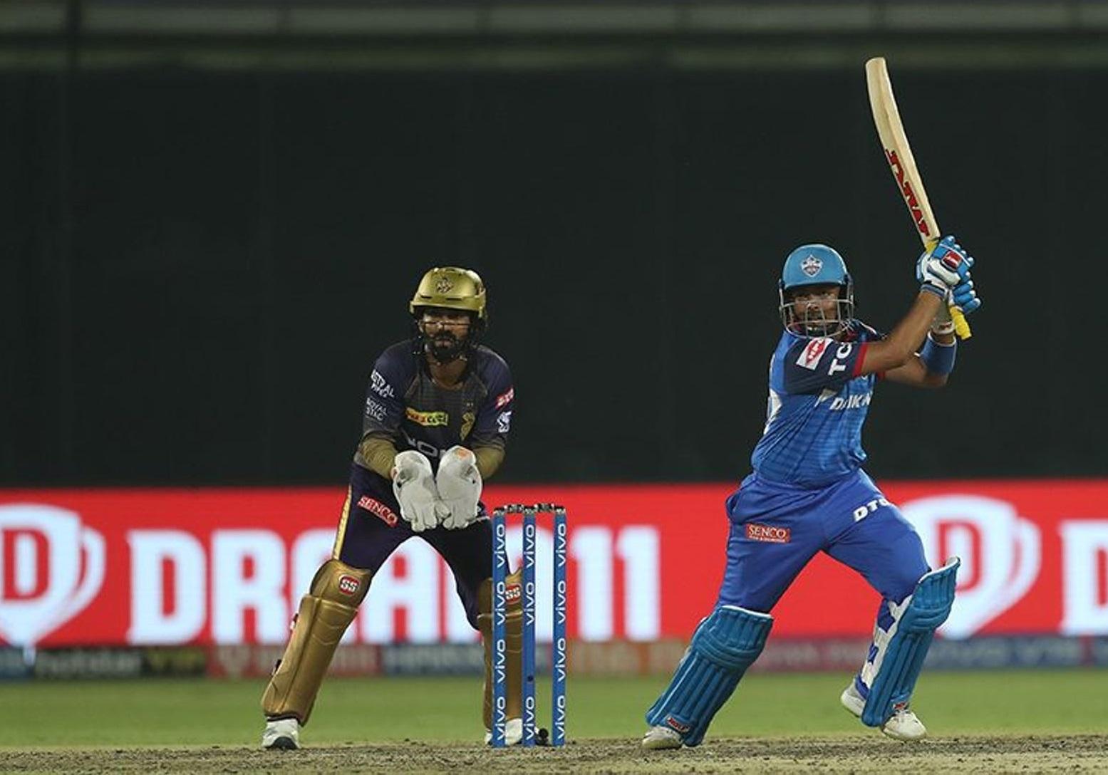 दिल्ली कॅपिटल्सचा सलामीवीर पृथ्वी शॉ नर्वस नाइंटीजची शिकार झाला. त्याने 55 चेंडूत 13 चौकार आणि 3 षटकारांच्या सहाय्याने 99 धावा केल्या. अवघ्या एका धावेने त्याचे शतक हुकले.