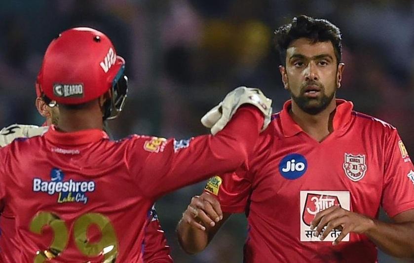 मुंबईच्या डावाची सुरुवात रोहित शर्मा आणि क्विंटन डिकॉक यांनी केली. यातील पहिल्याच षटकात अश्विनने 7 चेंडू टाकले. याकडे पंचानी लक्ष न दिल्याचे म्हटले जात आहे.