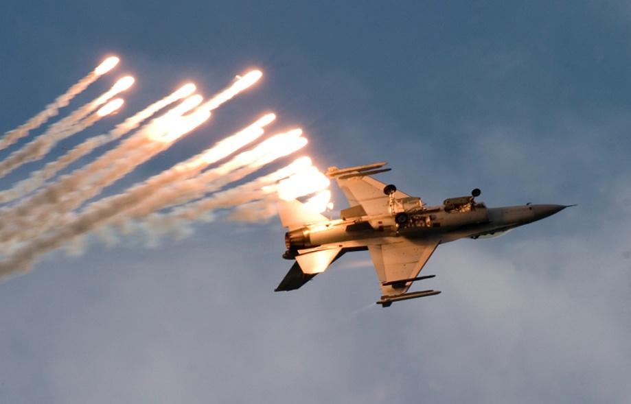 भारताच्या एअर स्ट्राईकनंतर दुसऱ्या दिवशी 27 फेब्रुवारीला पाकिस्तानने एफ16 विमान भारताच्या हद्दीत घुसवण्याचा प्रयत्न केला. यावेळी दोन भारतीय मिग 21 आणि पाकिस्तानचे एफ 16 विमान कोसळले.