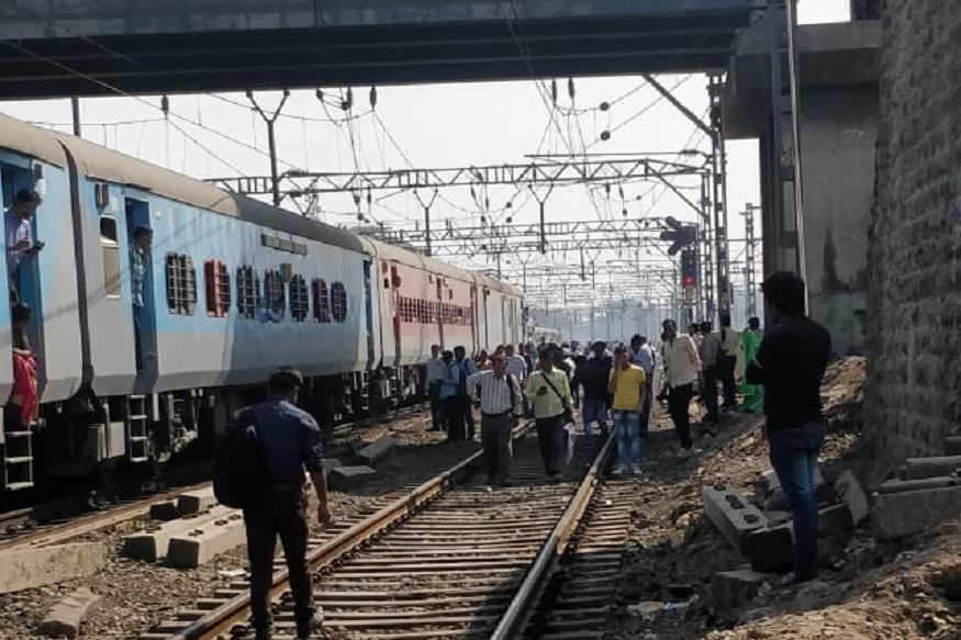 मनमाड मुंबई पंचवटी एक्स्प्रेसचं डब्यांना जोडणारं कपलिंग तुटलं.