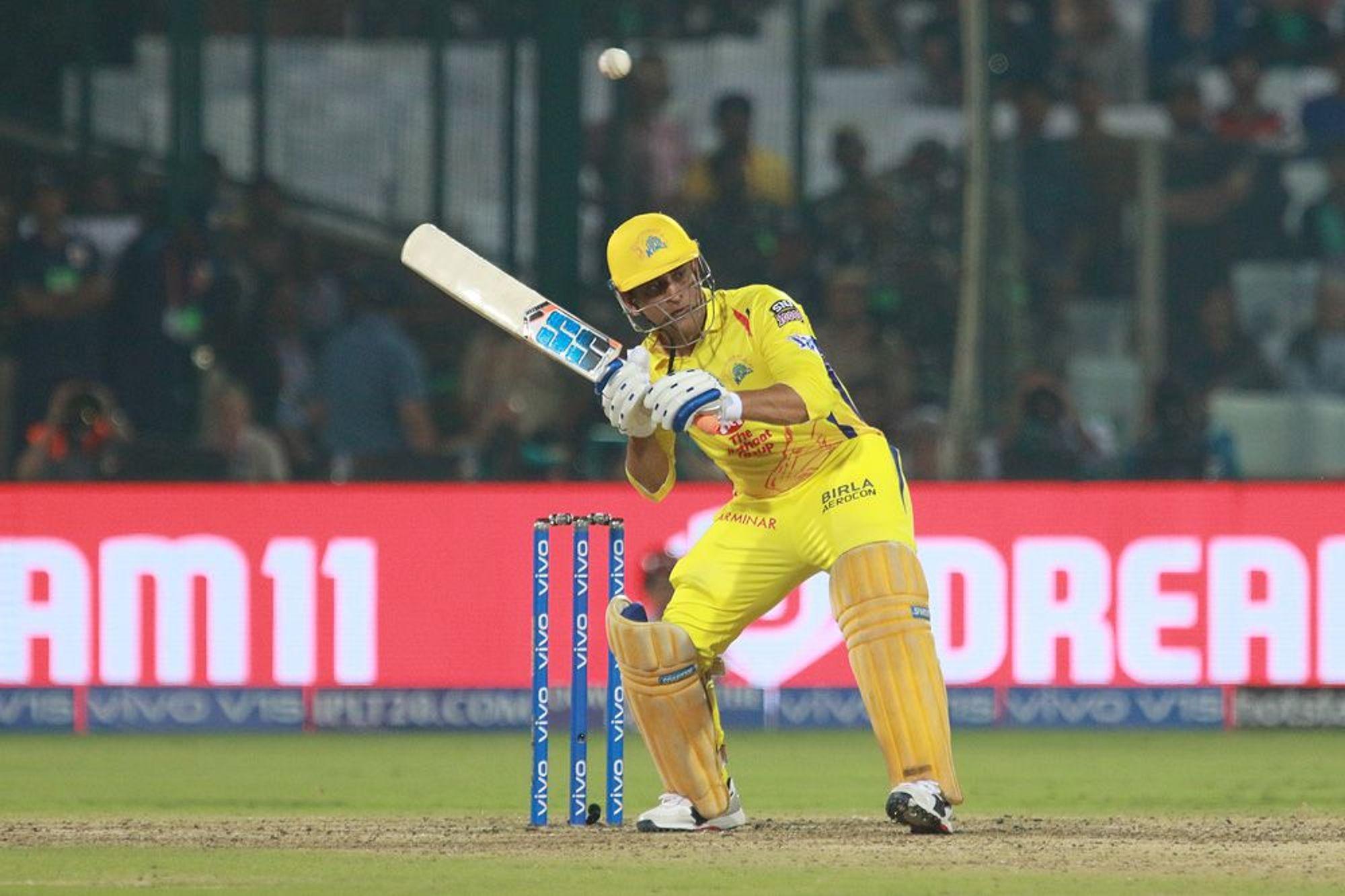 कॅप्टन कूल महेंद्र सिंग धोनी तिसऱ्या स्थानावर असून धोनीने आयपीएलच्या 177 सामन्यात 187 षटकार मारले आहेत.