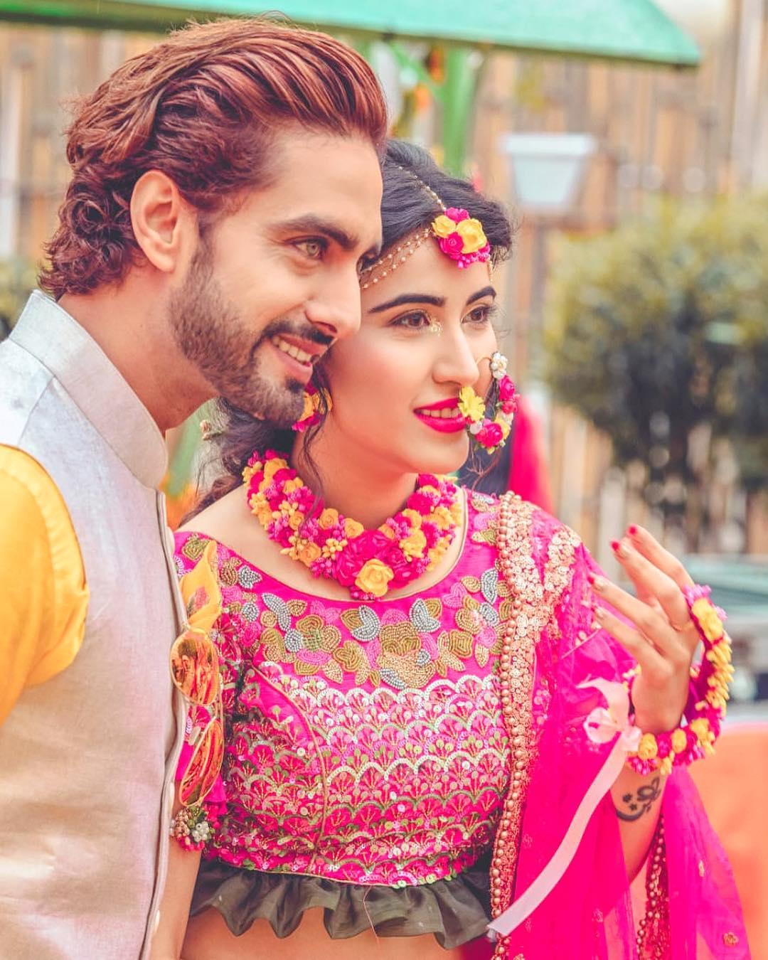 शीना बजाज- रोहित पुरोहित- टीव्हीची प्रसिद्ध अभिनेत्री शीनानेही नुकतेच लग्न केलं. शीना आणि रोहित ४ वर्ष एकमेकांना डेट करत होती. त्यानंतर दोघांनी लग्न करण्याचा निर्णय घेतला.
