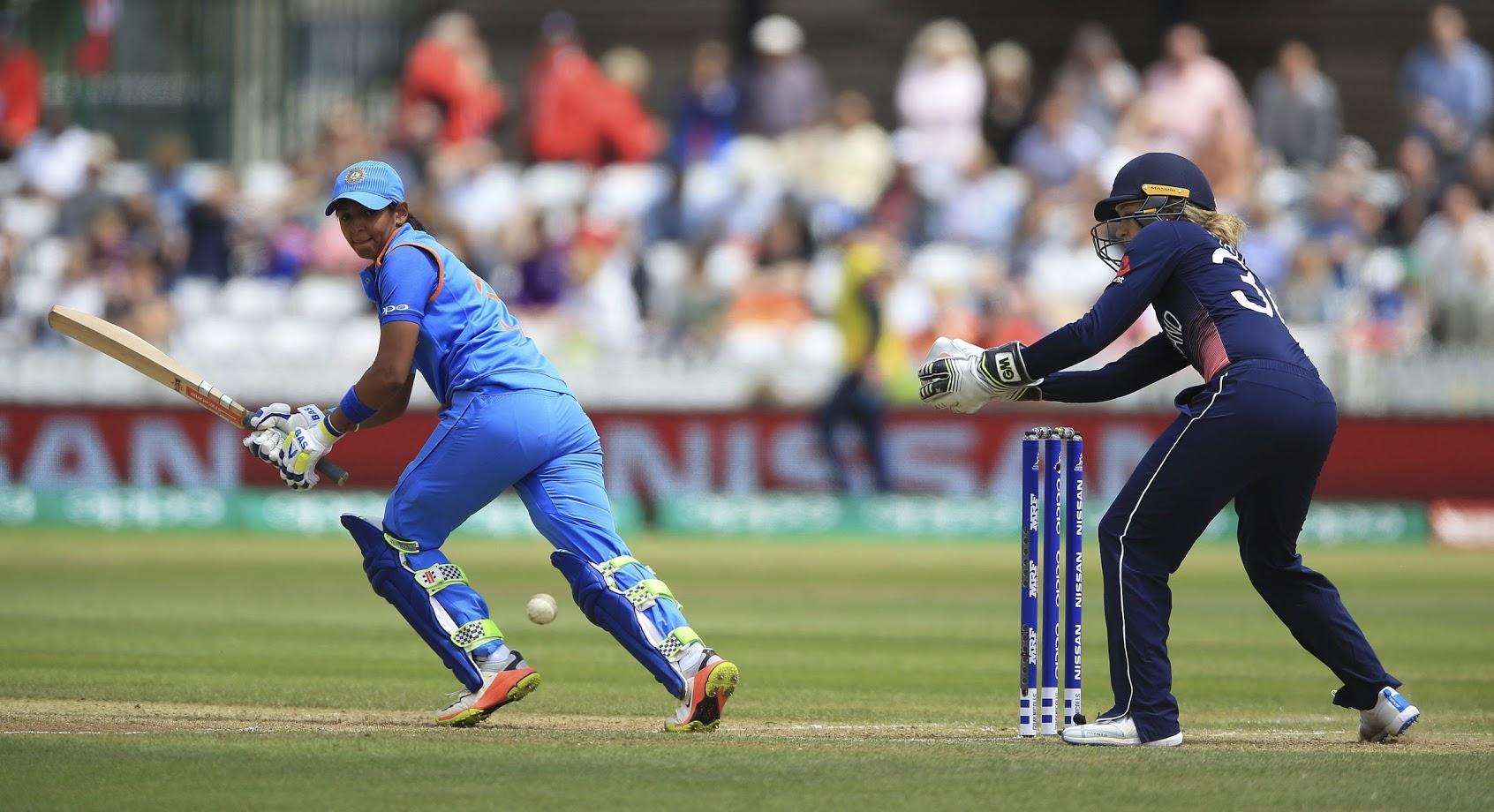 पटियाला येथे एकदा हरमन कौरने स्थानिक क्रिकेट सामन्यात ७५ धावांची खेळी खेळली होती. यावेळी तिने आसपासच्या घरातील खिडक्यांच्या काचा फोडल्या होत्या. काही लोक भांडायला मैदानात गेलेही, मात्र हरमनप्रीतचा खेळ पाहून ते तिच्या प्रेमातच पडले.