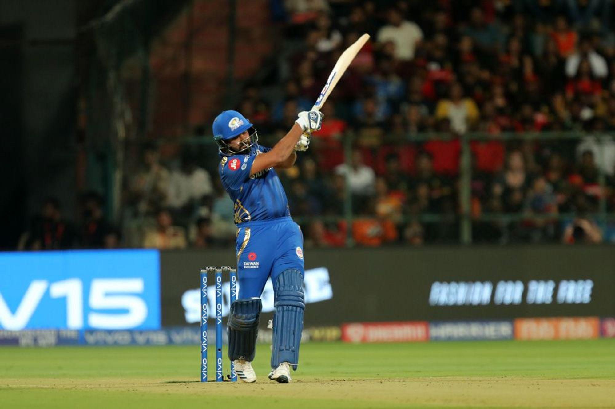 यात मुंबई इंडियन्सचा कर्णधार रोहित शर्माने 176 सामन्यात 185 षटकार खेचले आहेत.