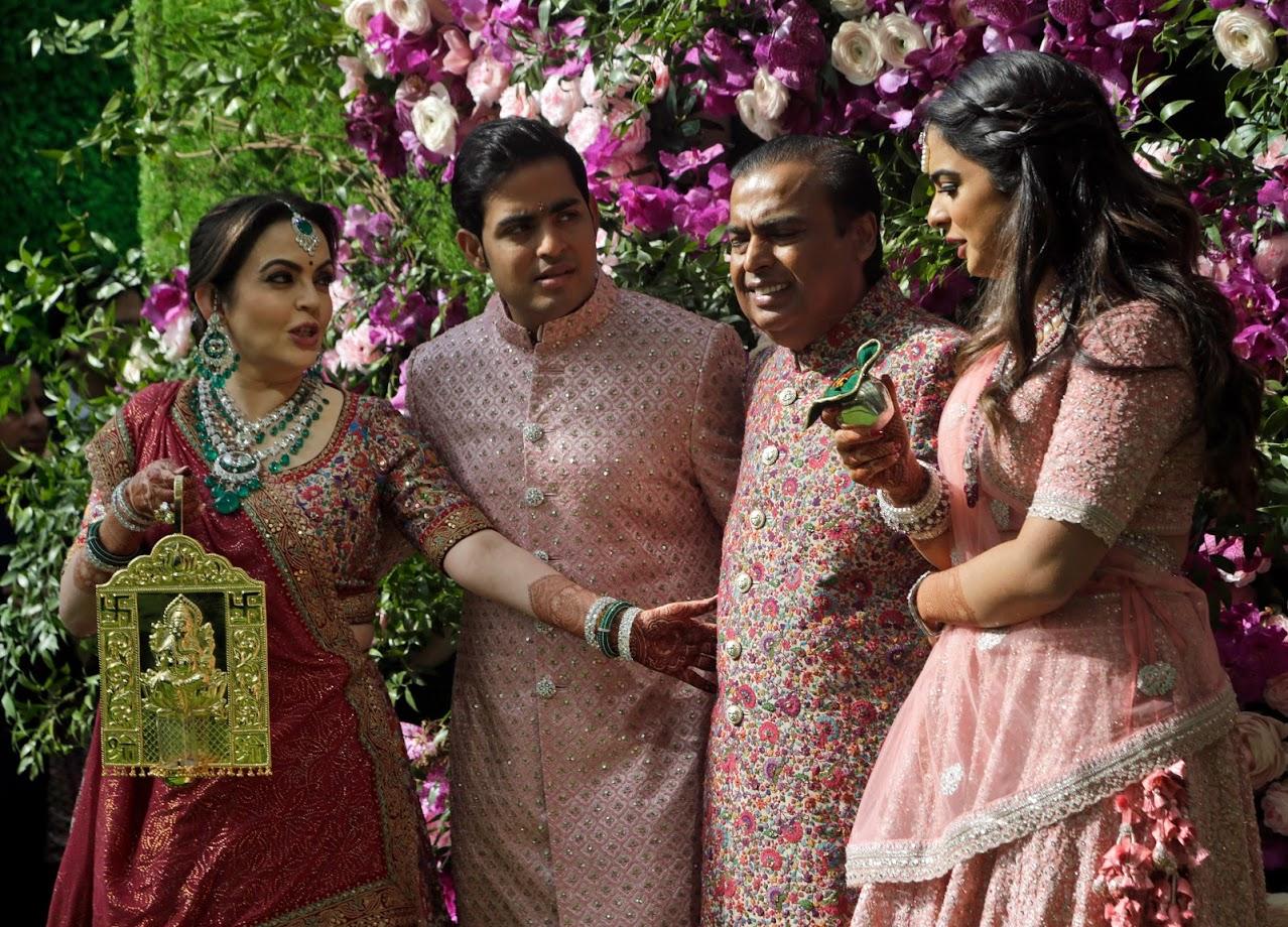 प्रसारमाध्यमांना शाही कुटुंबाचा फोटो देताना मुकेश अंबानी यांचं संपूर्ण कुटुंब