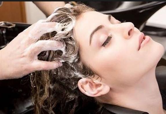 उन्हाळ्यात केसात कोंडा होण्याची समस्या जास्त दिसते. त्याचा उपाय म्हणजे रात्री मेथीचे दाणे भिजत टाका. दुसऱ्या दिवशी ते मिक्सरमधून बारीक करून ती पूड केसाला आणि डोक्याच्या त्वचेला लावा.