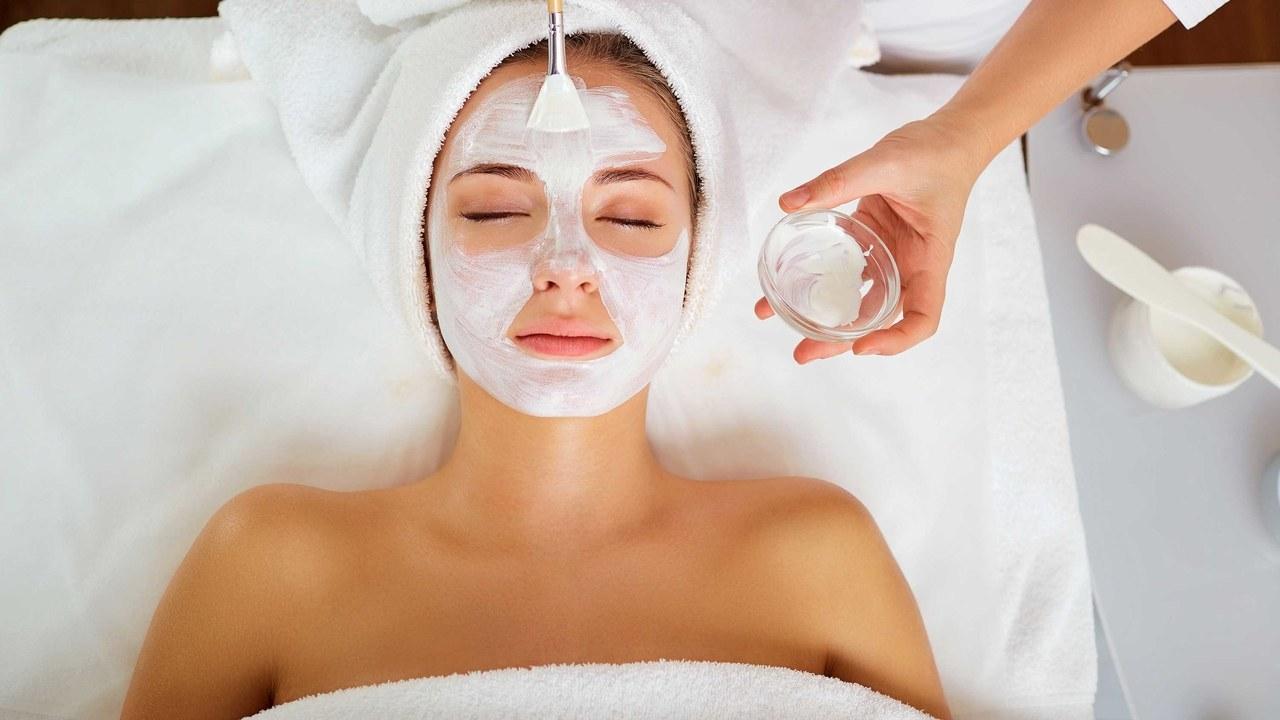 चेहऱ्यावर डाग असतील तर हळद, साय आणि गुलाबजल एकत्र करून चेहऱ्याला लावा. हे नियमित केलंत तर तुम्हाला लगेच फरक दिसेल.
