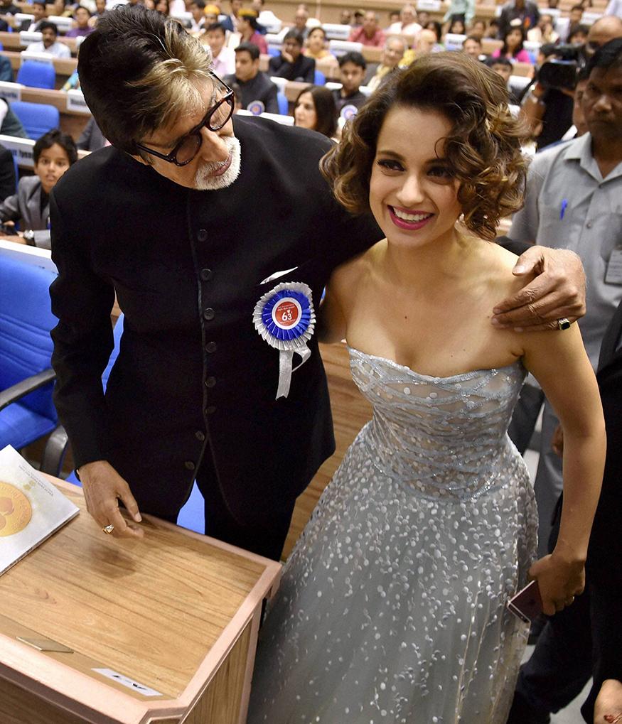63व्या राष्ट्रीय पुरस्काराच्या वेळी अमिताभ बच्चन यांना सर्वोत्कृष्ट अभिनेता, तर कंगनाला सर्वोत्कृष्ट अभिनेत्रीचा पुरस्कार मिळाला होता. त्यावेळी अमिताभ कंगनाशी संवाद साधताना. (Image: PTI)