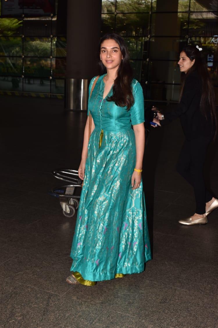 अभिनेत्री अदिती राव हैदरीही एका वेगळ्या अंदाजात एअरपोर्टवर दिसली. पारंपरिक वेशभूषेत ती फार सुंदर दिसत होती. पण एअरपोर्टवर तिला या लूकमध्ये पाहून अनेकांना आश्चर्याचा धक्का बसला.