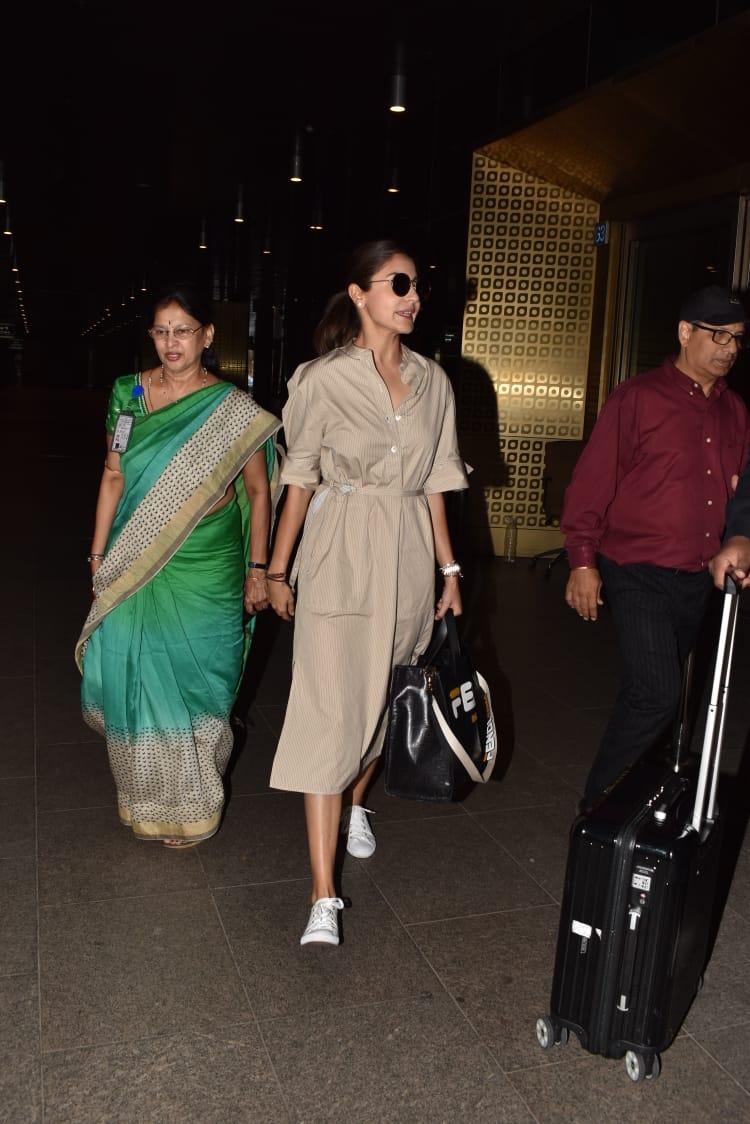 अभिनेत्री अनुष्का शर्मा एअरपोर्टवर एका वेगळ्या अंदाजात दिसली.