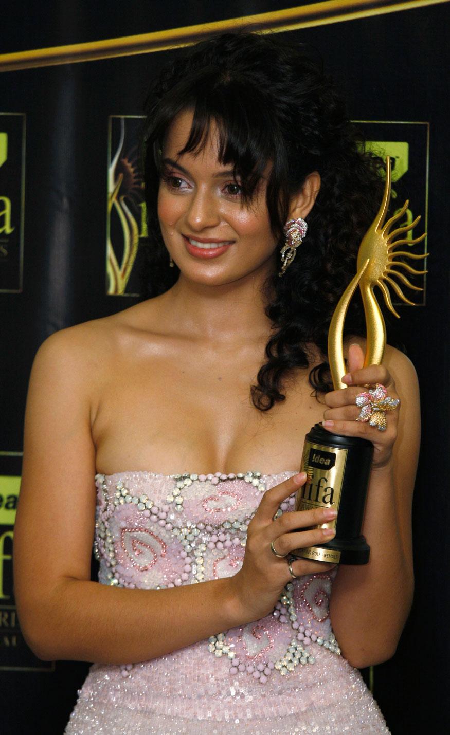 मकाऊला झालेल्या आयफा सोहळ्यात कंगनाला सहाय्यक अभिनेत्रीचं अॅवाॅर्ड मिळालं. (Image: Reuters)
