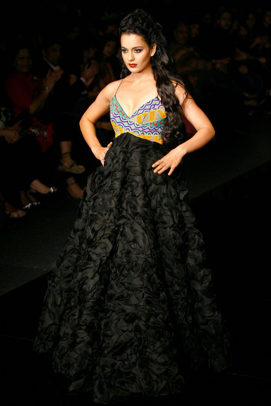 नवी दिल्लीच्या फॅशन शोमध्ये विक्रम फडणीससाठी रँप वाॅक करणारी कंगना  (Image: Reuters)