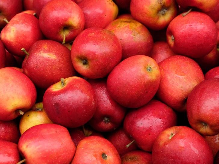 तुम्ही जिमला जाण्याआधी सफरचंद खाऊ शकता. त्यानं शरीरात एनर्जी राहते.