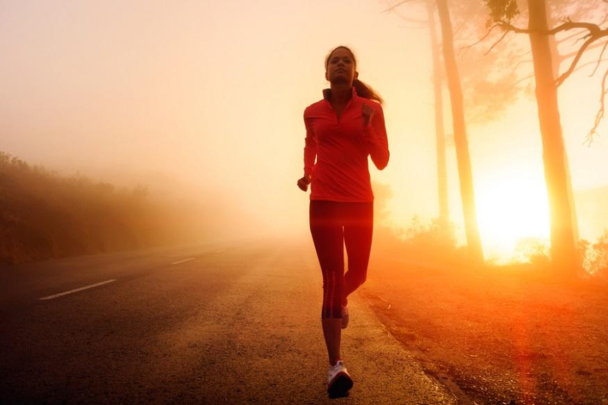 सकाळी उठून तुम्ही जिमला जात असाल, तर अनेकदा उपाशी पोटी जाता. पण ते पूर्ण चुकीचं आहे. जिममध्ये व्यायामासाठी तुम्हाला एनर्जी लागते आणि त्यासाठी तुम्ही तीन पदार्थांपैकी एखादा खाऊन व्यायाम सुरू करू शकता.