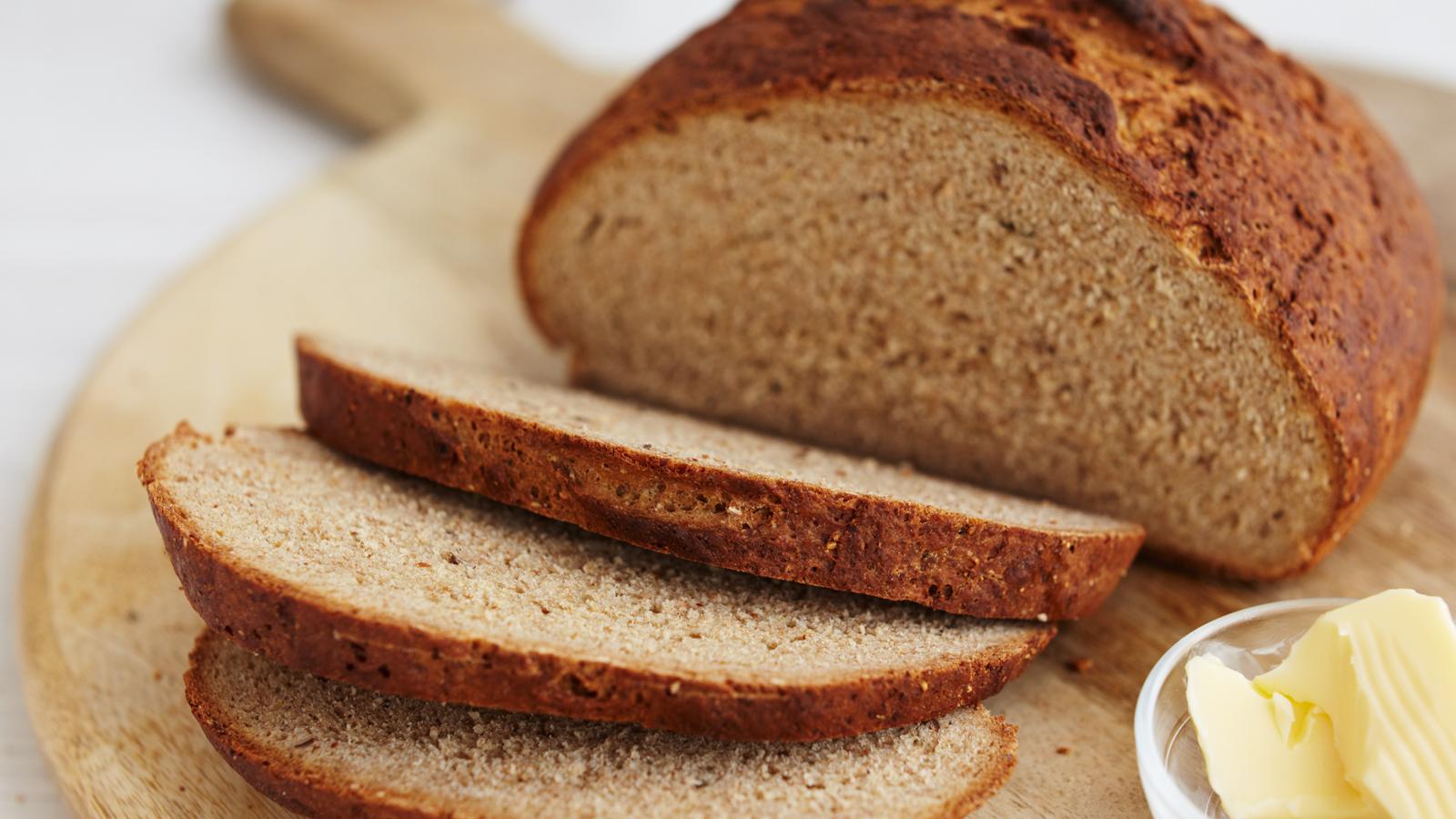 जिमला जाताना फळं नसतील, तर ब्रेड खाल्लात तरी फायदेशीर होईल. पण चुकूनही एकदम रिकाम्या पोटी व्यायाम करू नका.