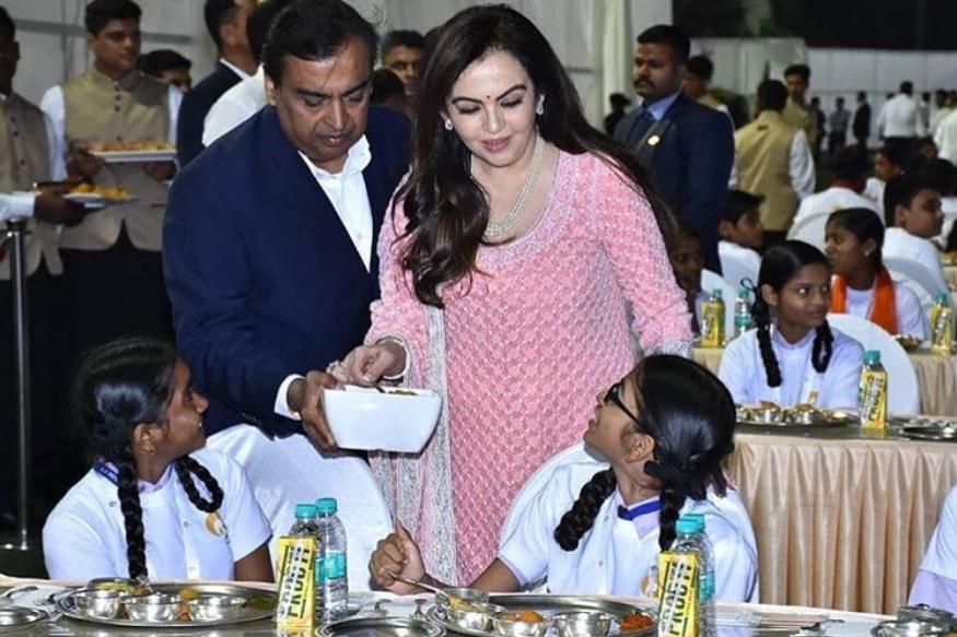 यावेळी वेगवेगळ्या एनजीओच्या मुलांना जेवण दिलं. मुकेश अंबानी आणि नीता अंबानी यांनी स्वत:च्या हातानं या मुलांना वाढलं.