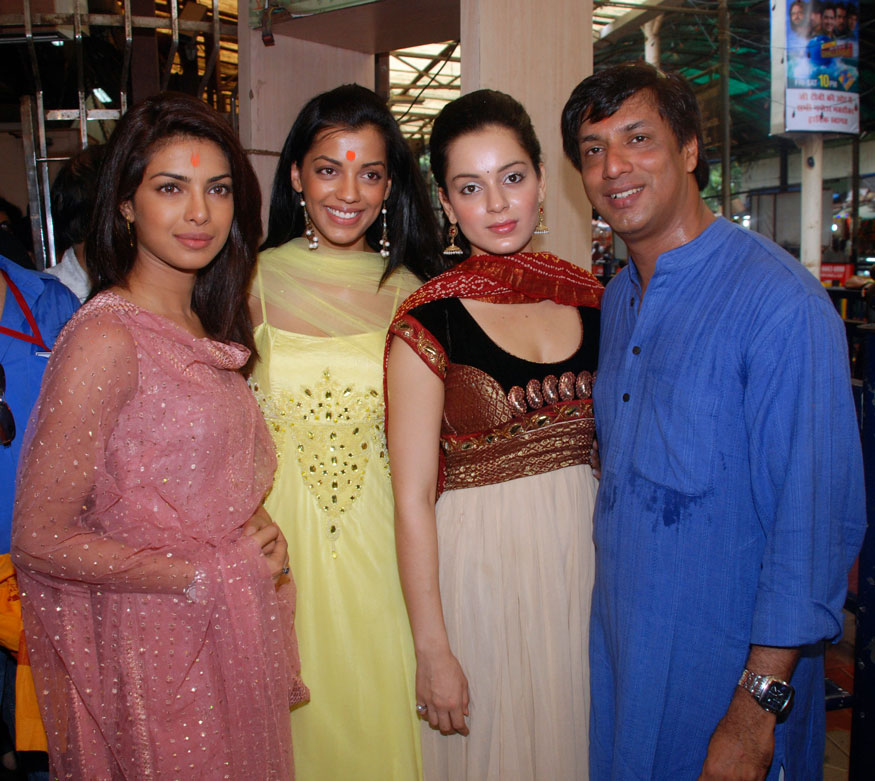 प्रियांका चोप्रा, मुग्धा गोडसे, मधुर भांडारकरसोबत कंगना राणौत फॅशन सिनेमाच्या म्युझिक अल्बम लाँचच्या वेळी. (Image: Reuters)