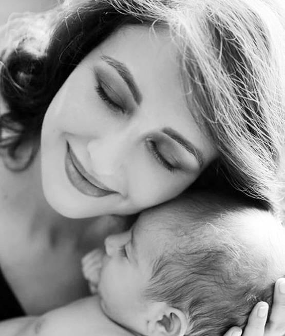 मुलाला मिठी मारताचा सौम्याचा हा फोटो हृदयस्पर्शी आहे. सौम्याचे चाहते सोशल मीडियावर खूप साऱ्या सदिच्छा पाठवत आहेत.