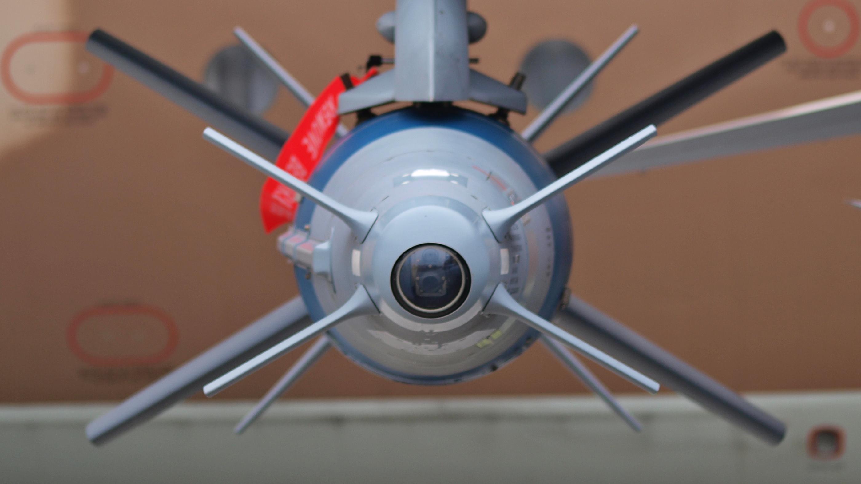 या बॉम्बचं वैशिष्ट्य म्हणजे हा गाईडेड बॉम्ब आहे. यात दोन भाग आहेत. पहिल्या भागाच्या पुढे एक कॅमेरा लावलेला असतो. तर मागच्या भागात एक चीप लावलेली आहे. त्यातून यावर नियंत्रण ठेवता येते. कॅमेऱ्याच्या माध्यमातून हा बॉम्ब टार्गेटचा फोटो काढून तो आपल्या मेमरीत असलेल्या फोटोशी जुळवून बघतो आणि नंतर लक्ष्यभेद करतो. SPICE चा अर्थ आहे  Smart, Precise Impact, Cost-Effective