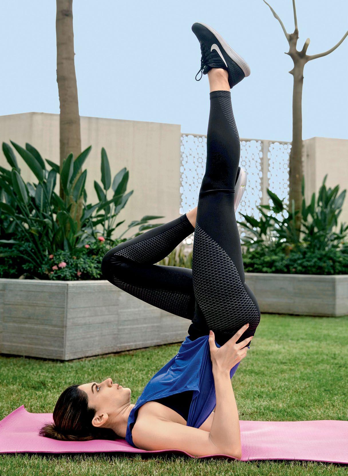 तापसी योगासनंही करते. फिटनेस फंडामध्ये योगाला ती जास्त महत्त्व देते.