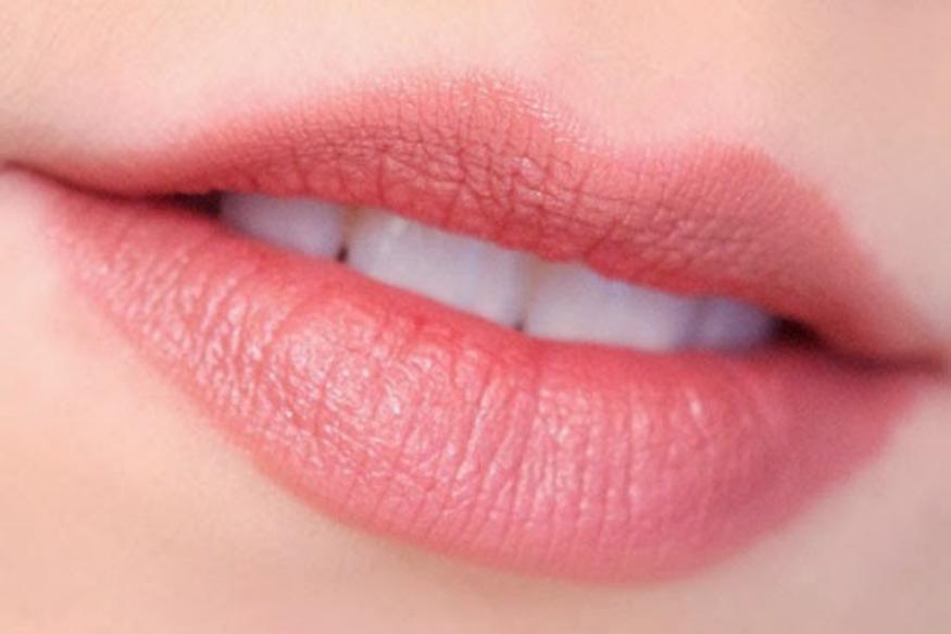 डार्क आणि पिग्मेंटेड लिपस्टिक ओठांचा गुलाबीपणा खेचून घेतात म्हणून लाइट किंवा न्यूड शेडच्या लिपस्टिकचा वापर करा. त्याच प्रमाणे चांगल्या ब्रँडची उत्पादने वापरा.