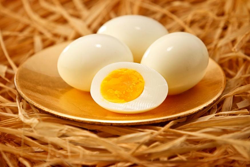 संशोधनानुसार ज्या व्यक्ती आठवड्यातून तीन-चार अंडी खाते  किंवा दररोज 300 मिलिग्रॅम कॉलेस्ट्रॉलचं सेवन करते अशा व्यक्तींना हृदयविकार आणि लवकर मृत्यू येण्याची शक्यता असते.