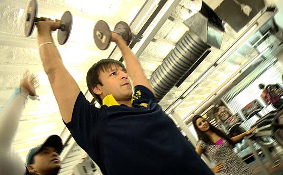 विवेक ओबेराॅय आठवड्यातले 6 दिवस जिममध्ये जातो.तिथे तो वेट मसल्सचं ट्रेनिंग घेतो.