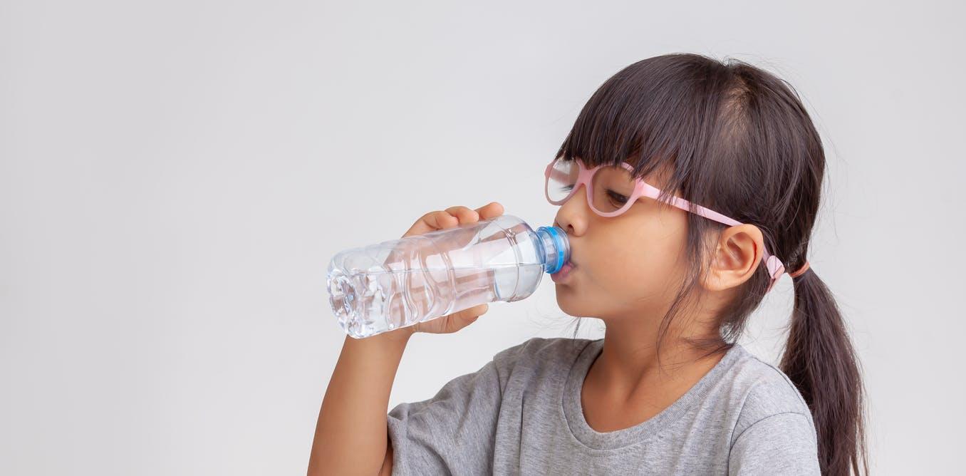 तुम्ही दिवसभर थोडं थोडं पाणी प्या. हवं तर मोबाईलवर रिमाइंडर लावून ठेवा.