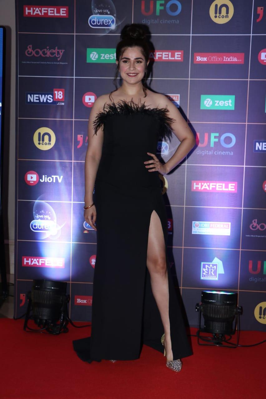 आमिर खानच्या 'सिक्रेट सुपरस्टार' सिनेमाची अभिनेत्री मेहर विज रील अवॉर्डमध्ये काहीशा या अंदाजात दिसली. तिला स्टायलिश ब्लॅक गाउनमध्ये पाहून सर्व कॅमेरे तिच्याकडेच वळले गेले.