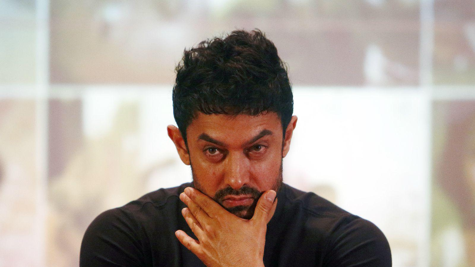 आमिर खान जास्तीत जास्त फळं, हिरव्या भाज्या खातो. ताक पितो. डिनरला चिकन तंदुरी आणि अंडी घेतो. चपातीत ज्वारी, बाजरी पिठ मिक्स करून खातो.