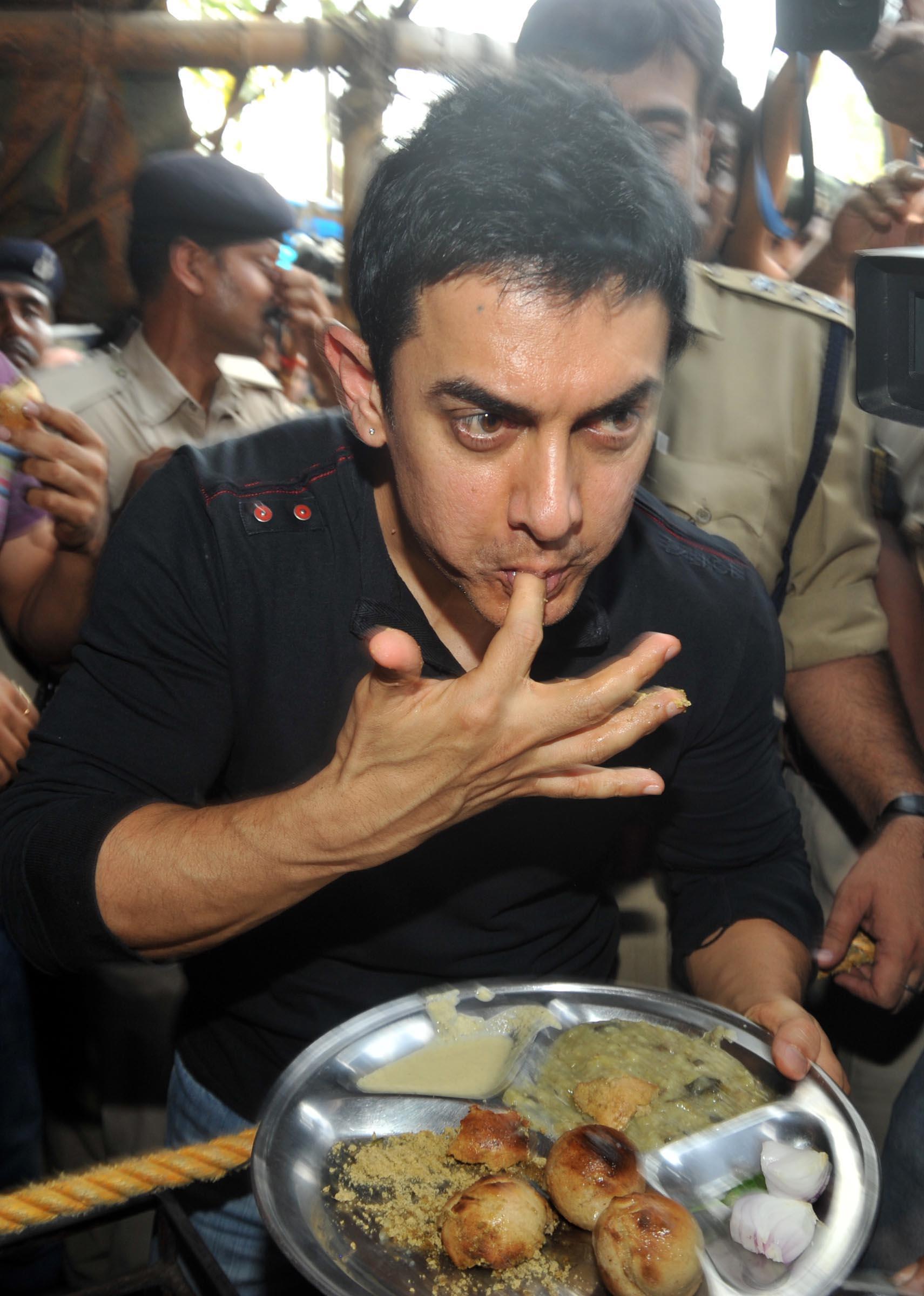 आमिर खान डाएटही पाळतो. शाकाहार आणि मांसाहार दोन्ही खातो. आमिर दिवसातून सहा वेळा थोडं थोडं खातो.