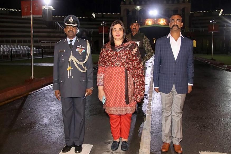 भारतीय वायुदलाचे विंग कमांडर अभिनंदन वर्तमान हे अखेर भारतात परतले आहेत. गेल्या 2 दिवसांपासून संपूर्ण देश त्यांच्या या रिअल हिरोची वाट पाहत होता. अखेर शुक्रवारी रात्री 9:15 मिनिटांनी अभिनंदन यांनी पाकिस्तानची सीमा पार करत भारतात प्रवेश केला. यावेळी पाकिस्तानातून येत असताना त्यांच्यासोबत एक महिला होत्या. या महिला कोण असा प्रश्न सगळ्यांनाच पडला असेल.