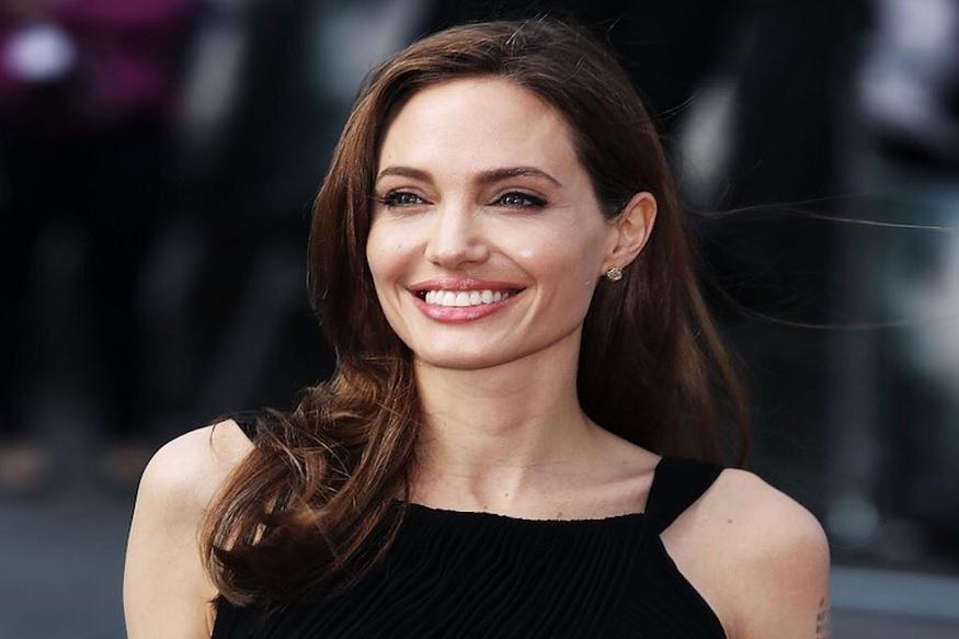 हॉलिवूड अभिनेत्री एंजेलिना जोलीनं पती ब्रॅड पिटसोबत घेतलेल्या घटस्फोटावर पहिल्यांदाच आपली प्रतिक्रिया दिली आहे. 'एंटरटेनमेंट टुडे'ला दिलेल्या मुलाखतीत एंजेलिनानं त्यांचं नात तुटण्यामागचं कारण सांगितलं.
