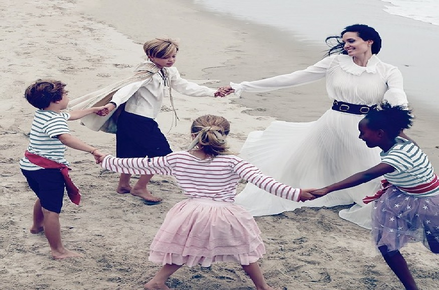 अखेर नऊ वर्षांनंतर 2014 रोजी ब्रॅड एंजेलिना विवाहबंधनात अडकले. पण त्यांचं हे लग्न फार काळ टिकू शकलं नाही. त्यांनी लग्नानंतर अवघ्या दोन वर्षातच वेगळं होण्याचा निर्णय घेतला. ब्रॅड आणि एंजेलिनाला एकूण सहा मुलं आहेत.