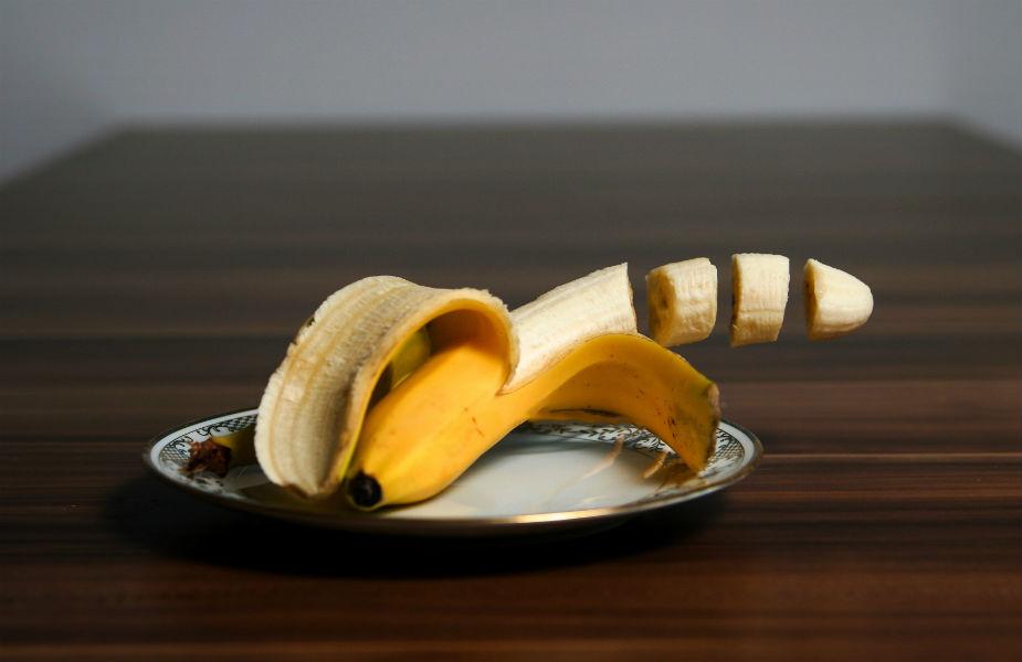 केळ्यानं वजन वाढतं हा गैरसमज आहे. केळ्यात खूप पोटॅशियम असतं. त्यानं कंबर बारीक राहते. केळ्यात आयर्न असतं. पोटाचे विकार असतील तर केळं जरुर खावं.