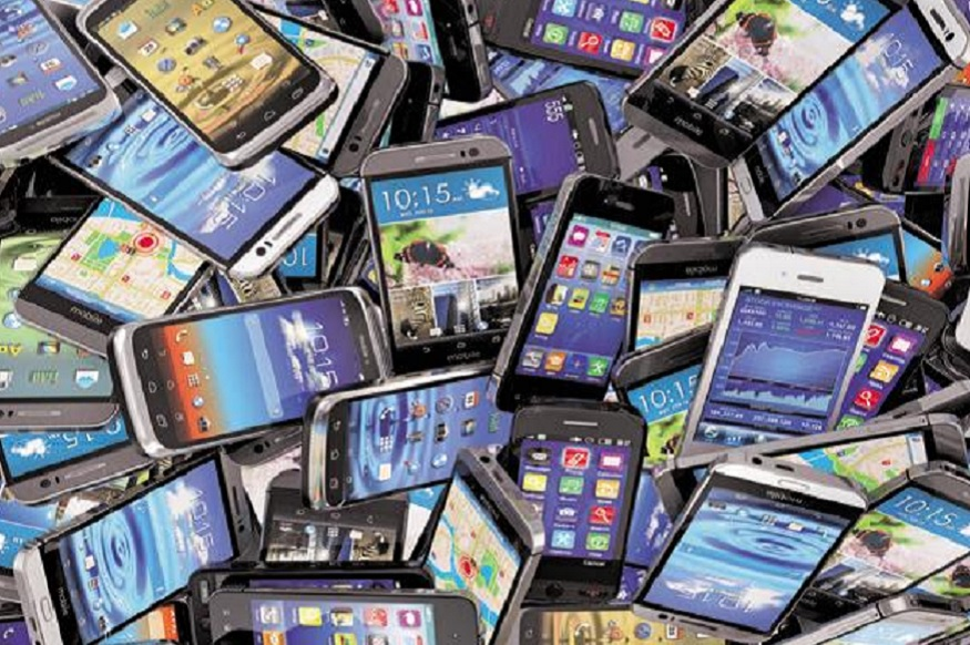 इलेक्ट्राॅनिक उपकरणं - चीनमधून भारतात स्मार्ट फोन, टीव्ही किट, डिस्प्ले बोर्ड, एसडी कार्ड, मेमरी कार्ड, लॅपटॉप, पेन ड्राइव, साउंड रिकॉर्डर्स, वायरलेस उपकरणं येत असतात. हा व्यवसाय 21.1 बिलियन डॉलर्स इतका आहे.