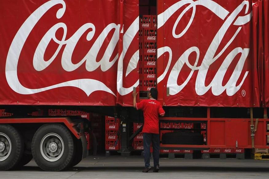 कोका कोला कंपनी आता एक देशी प्रोडक्ट लॉन्च करण्याच्या तयारीत आहे. मीडिया रिपोर्टनुसार, कोका कोला आता बाबा रामदेव यांच्या पतंजलि सारखा आयुर्वेदीक घरेलू प्रोडक्ट तयार करणार आहे.