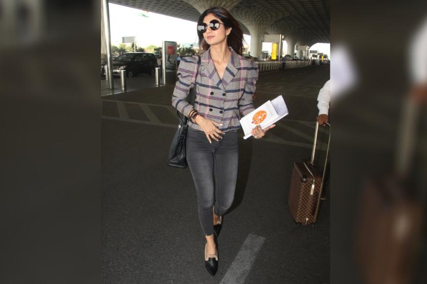 बॉलिवूड अभिनेत्री शिल्पा शेट्टी एअरपोर्ट लूक नेहमीच गांभीर्याने घेते. यावेळीही ती एअरपोर्टवर फार सुंदर दिसत होती.