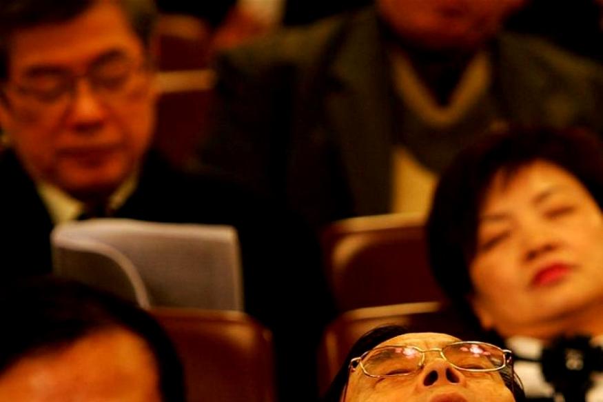 चीनच्या लोकांना झोप प्रिय आहे. ते कुठेही डुलकी काढतात. अगदी मेट्रोमध्येही ते झोपलेले असतात.