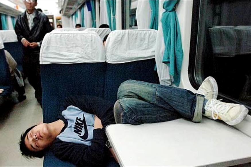 जर्मन फोटोग्राफर बर्न्ड हगेमन यानं स्लीपिंग चायनीज असा प्रोजेक्ट केला होता. त्यात त्याला आढळलं की चिनी लोक जिथे जागा मिळेल तिथे झोपू शकतात.