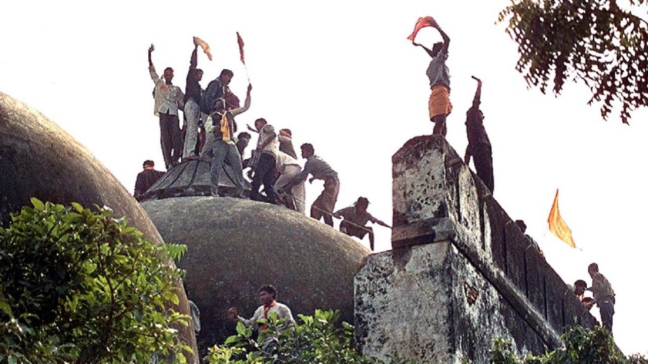 1984 साली विश्व हिंदू परिषदेने बाबरी मशिदीचे कुलुप काढून त्या ठिकाणी मंदिर उभारण्यास सुरूवात केली. यासाठी एका समितीची स्थापनाही केली.