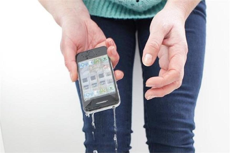 काही कारणाने मोबाईल पाण्यात पडल्यास किंवा भिजल्यास सर्वात आधी तो कोरड्या जागी ठेवा. मोबाईल जास्त हलवू नका आणि त्याला लगेचच कोरड्या कापडाने पुसून घ्या.