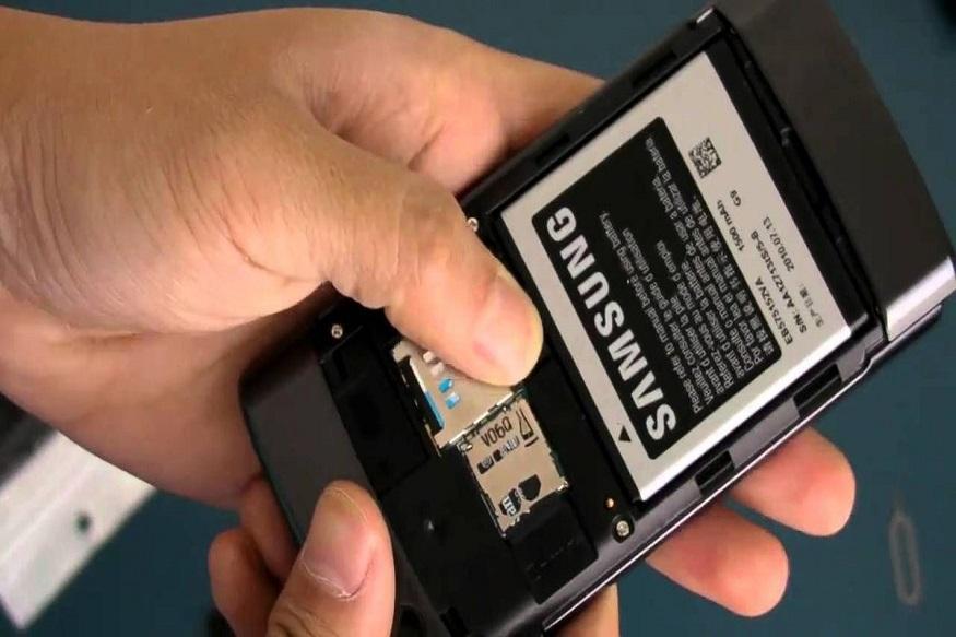 बॅटरी सोबतच मोबाईलमधील सिम कार्ड आणि एसडी कार्ड सुद्धा बाहेर काढा. तसेच त्याचा ट्रे सुद्धा बाहेरच राहू द्या.